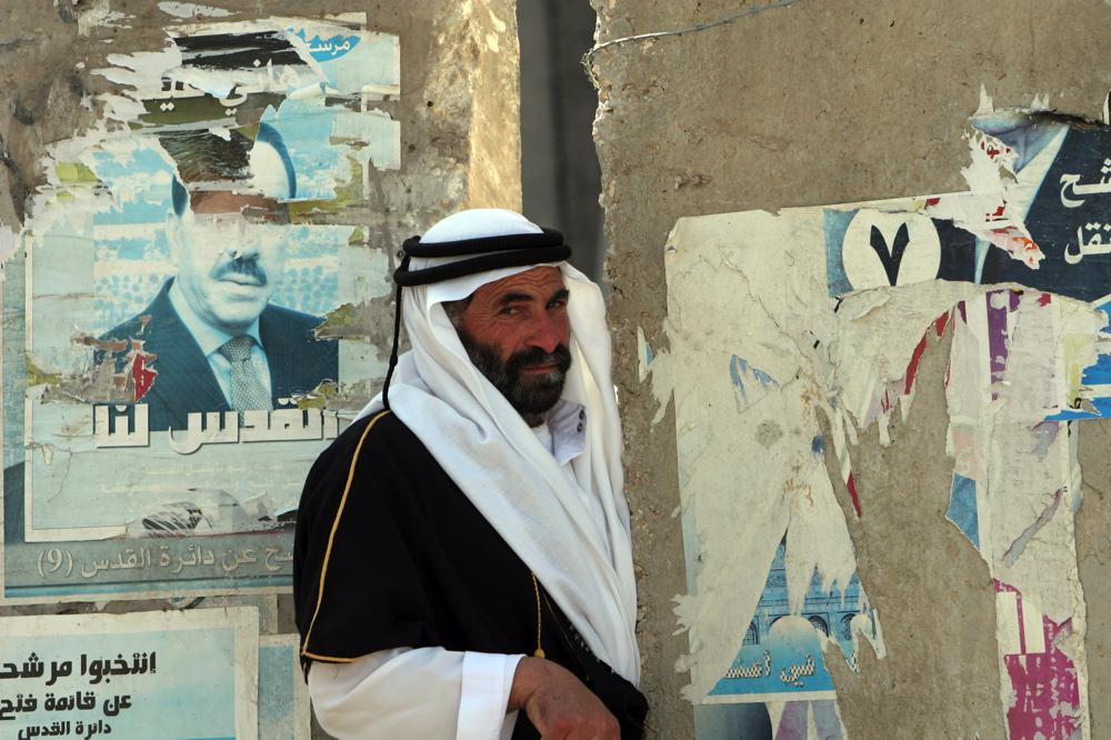 Palestinian man crossing Wall, El Azhariyia 13 06  06 01